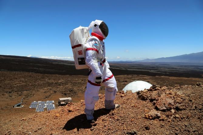 첫 번째 HI-SEAS에 참가한 올레그 아브라모브 미국지질조사소 연구원이 기지 근처에 서 있다. - Angelo Vermeulen 제공